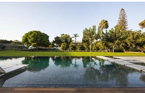 Шикарный бассейн рядом с домом.