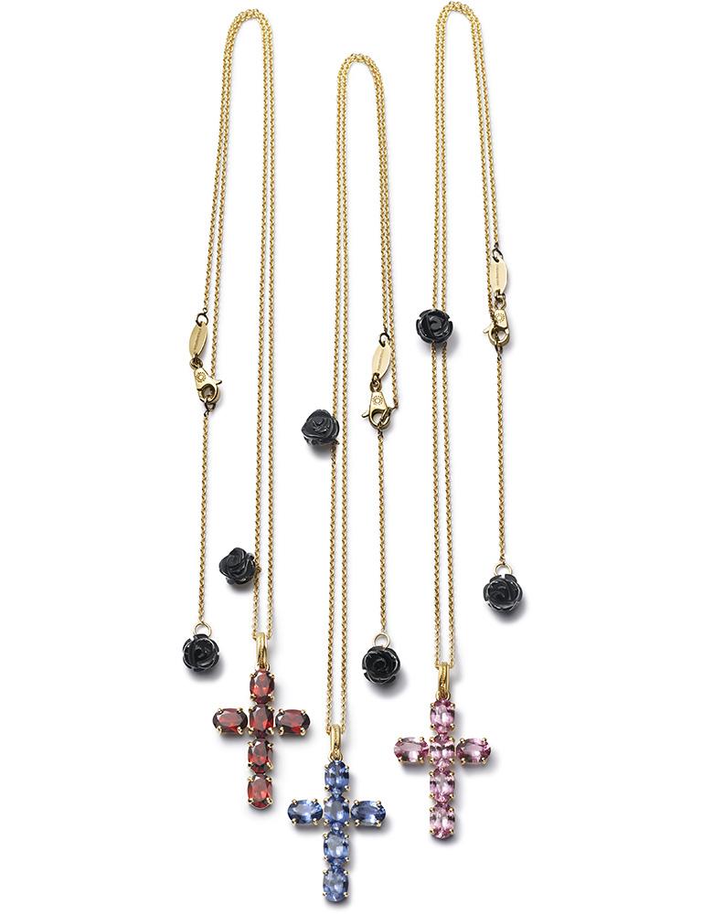 Крестики-подвески, украшенные гранатами, изумрудами или сапфирами из линии Confession коллекции Dolce & Gabbana Fine Jewellery