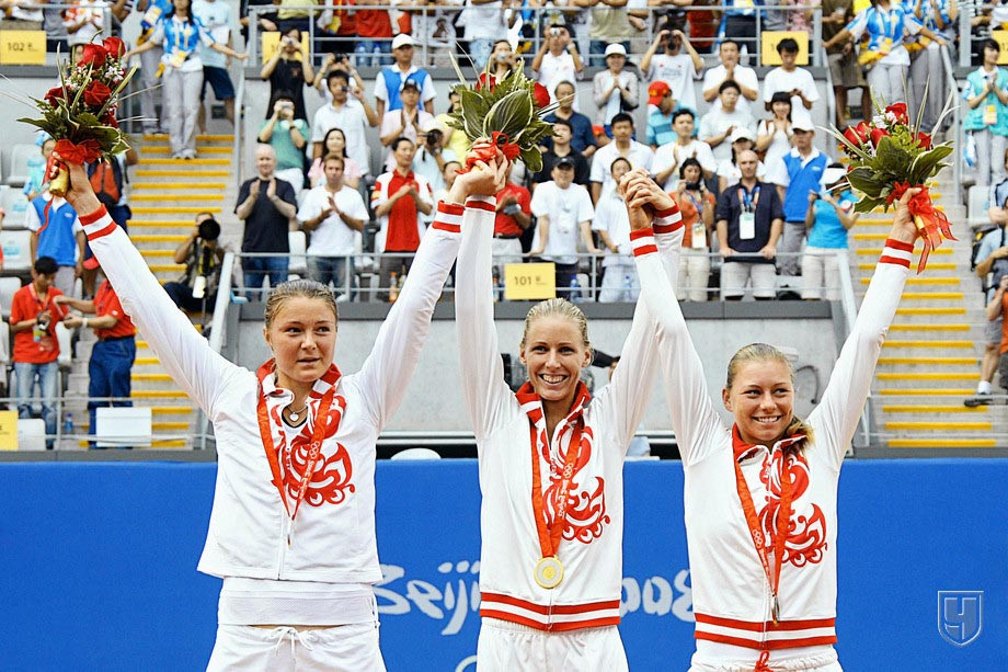 Динара Сафина, Елена Дементьева и Вера Звонарёва на пьедестале Олимпиады-2008