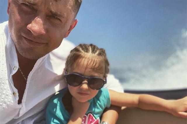 Павел Прилучный с дочерью Мией на отдыхе в Крыму