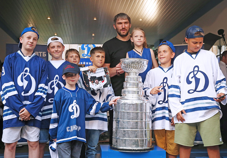 "Alexander Ovechkin and young pupils ""Dynamo"""