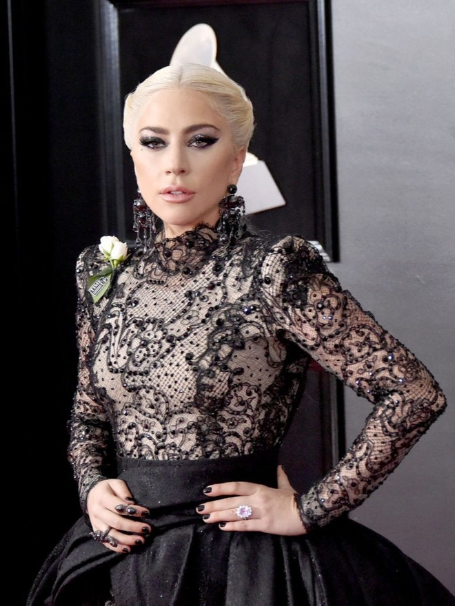 Gaga showed engagement ring (photo 1)