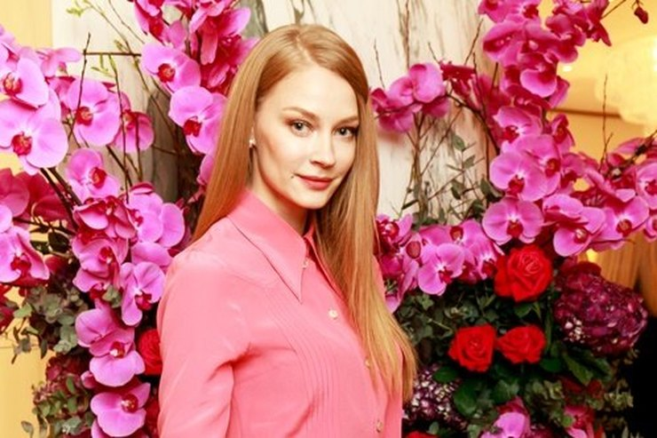 Blossoms!  Svetlana Khodchenkova in a gently pink dress at the opening of the Bulgari boutique