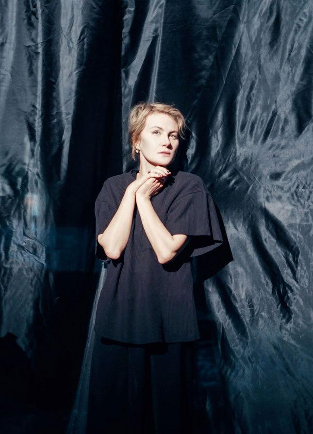 Рената Литвинова в платье, созданном Гошей Рубчинским для пьесы