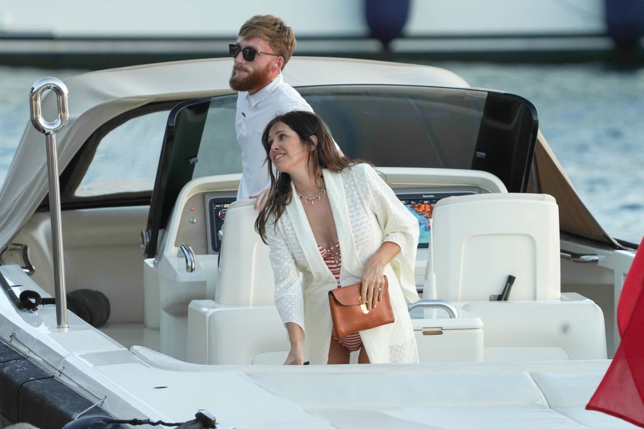 dasha-zhukova-at-her-mega-yacht-in-st.-barths-12-23-2020-1.jpg