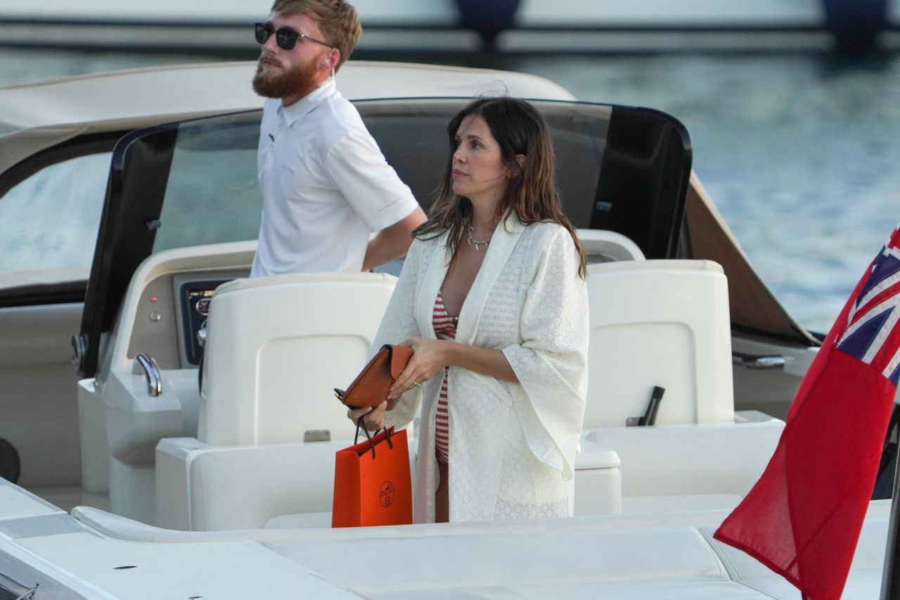 dasha-zhukova-at-her-mega-yacht-in-st.-barths-12-23-2020-2.jpg